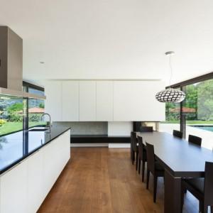 Czarny granit może być być zastosowany jako blat, wyspa kuchenna, wykończenie ściany, zlew czy podłoga. Fot. Interstone