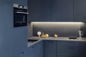Kompaktowa kuchnia w ciemnych kolorach