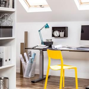 Funkcjonalne biurko z regulowaną wysokością nóg. Fot. Peka