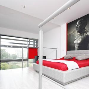 W białej sypialni dobrze wyglądają dodatki w jaskrawych kolorach. Projekt Monika Olejnik. Fot. Bartosz Jarosz