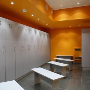 Laminaty HPL mogą służyć jako materiał samonośny. Dzięki temu świetnie nadają się do budowy ścianek w toaletach czy szafek w basenowych przebieralniach. Fot. Pfleiderer