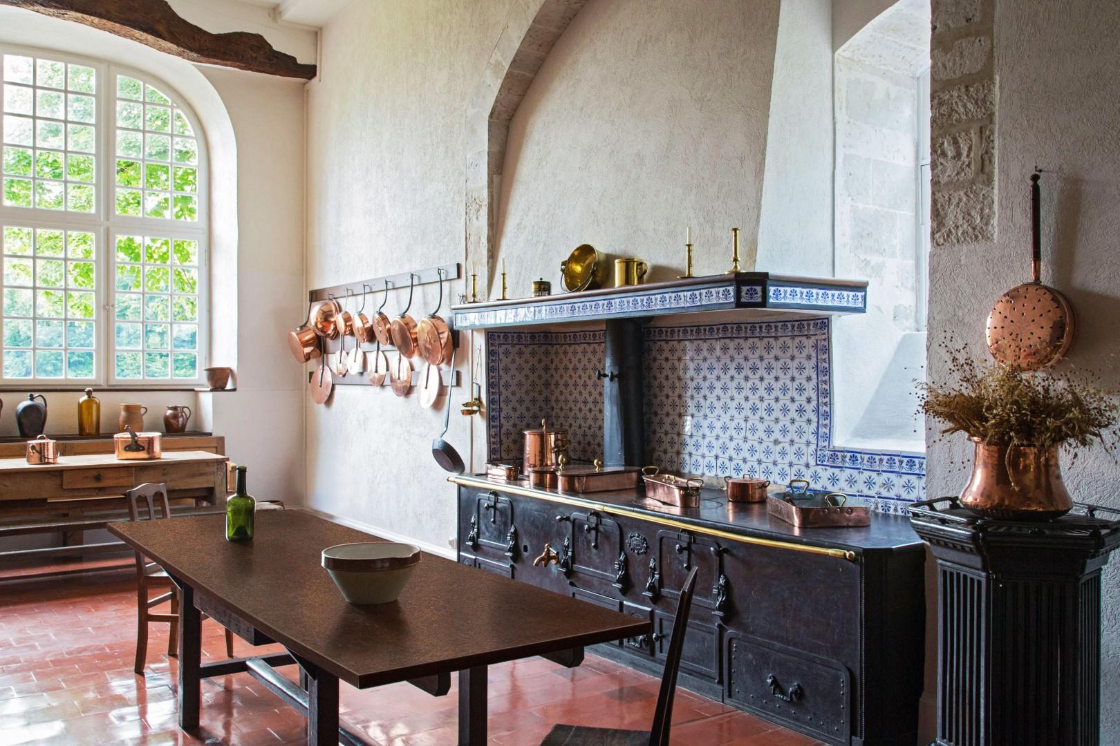 Na rynku dostępna jest szeroka oferta blatów kuchennych inspirowanych wzorami kamienia. Na zdjęciu: dekor Granit Czerwony firmy Pfleiderer. Fot. Pfleiderer