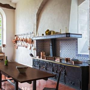 Na rynku dostępna jest szeroka oferta blatów kuchennych inspirowanych wzorami kamienia. Na zdjęciu: dekor Granit Czerwony. Fot. Pfleiderer