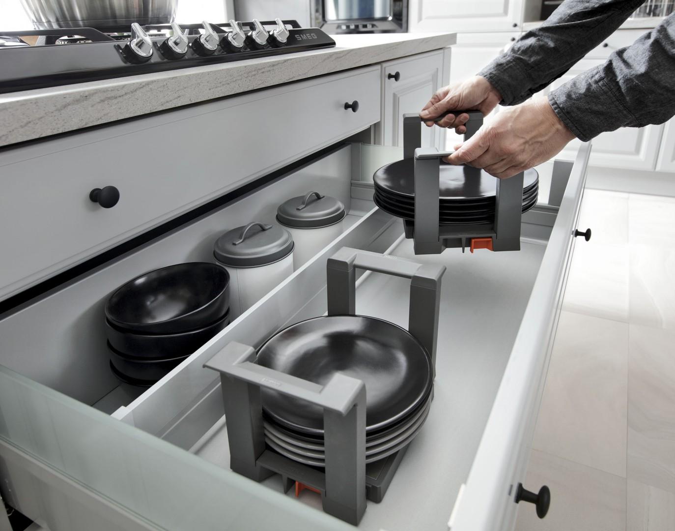 89e7117051d53e Odpowiednie wkłady do przechowywania talerzy przydadzą się w szufladzie.  Fot. BRW