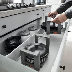 Odpowiednie wkłady do przechowywania talerzy przydadzą się w szufladzie. Fot. BRW