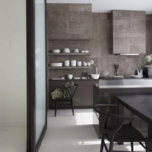 Kuchnię oddziela od salonu niewielka wyspa z blatem roboczym. Fot. Studio O.
