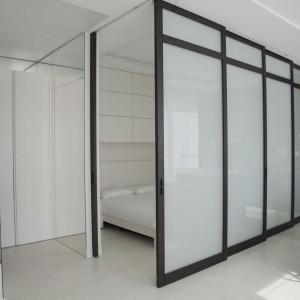 Sypialnia stoi pod znakiem prostych kształtów i form oraz naturalnych kolorów. Fot. Studio O.