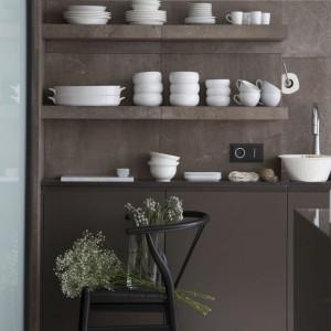 Kuchnia i salon różnią się nie tylko funkcją i zagospodarowaniem, ale też kolorem i materiałami wykończeniowymi. Fot. Studio O.