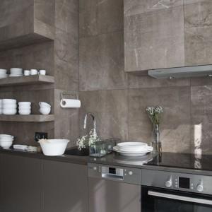 Kuchnia w prezentowanym wnętrzu dominuje – jest cięższa, kamienna. Fot. Studio O.