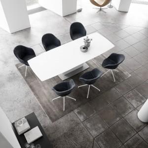 """Stół do jadalni z kolekcji """"T7"""" marki Klose, z systemem rozkładania Tafelrunde. Fot. Klose"""