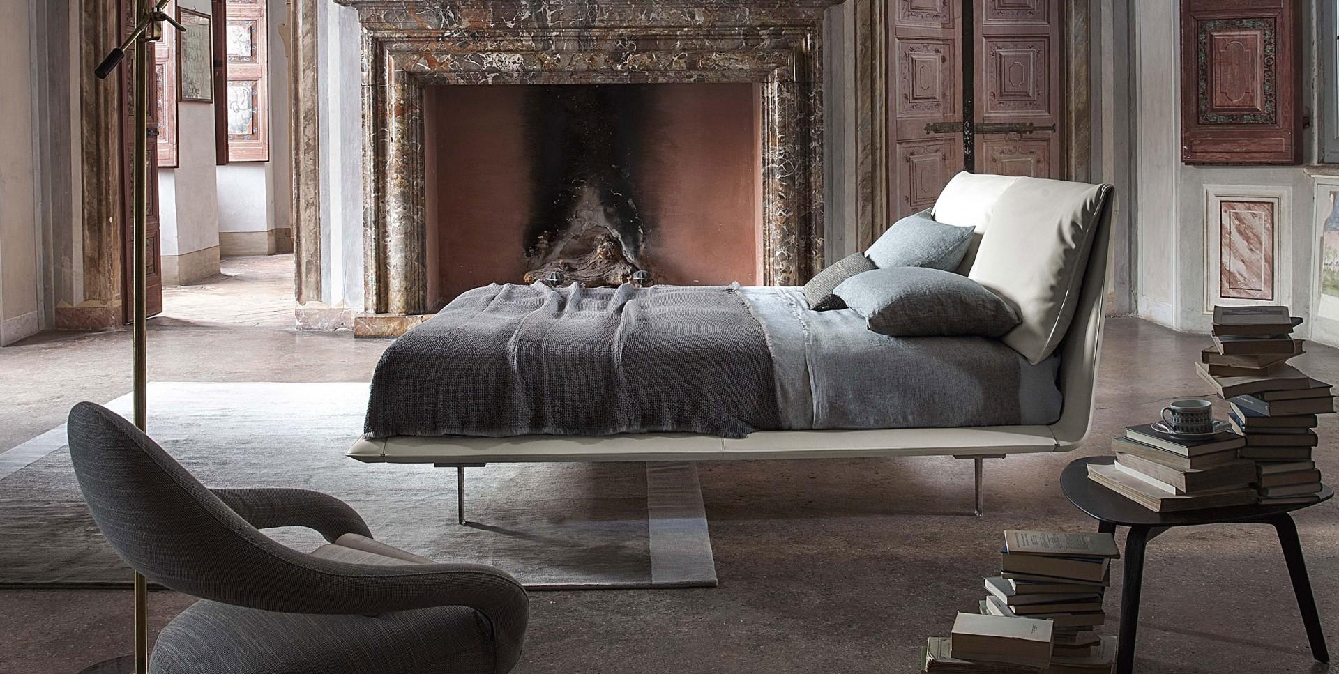 Łóżko John-John firmy Poltrona Frau. Projekt: Jean-Marie Massaud. Fot. Poltrona Frau