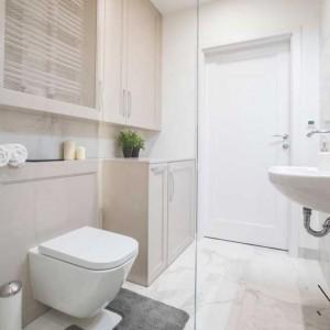 Po powiększeniu łazienki kosztem wąskiego korytarzyka powstało przestronne pomieszczenie, w którym zmieściły się wszystkie urządzenia sanitarne i niezbędne schowki. Fot. Pracownia MGN