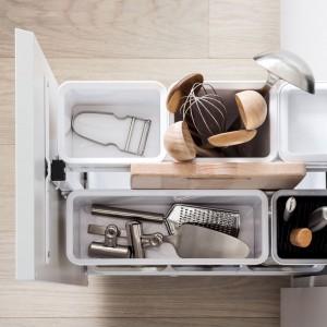 Pojemniki ułatwiające organizację wnętrza głębokiej szuflady. Fot. Peka