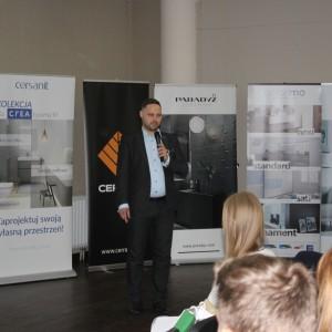 CREA - nowe możliwości i nowe technologie w ceramice sanitarnej. Prezentacja Partnera Głównego Cersanit. Prowadzący Piotr Wychowaniec. Fot. Publikator
