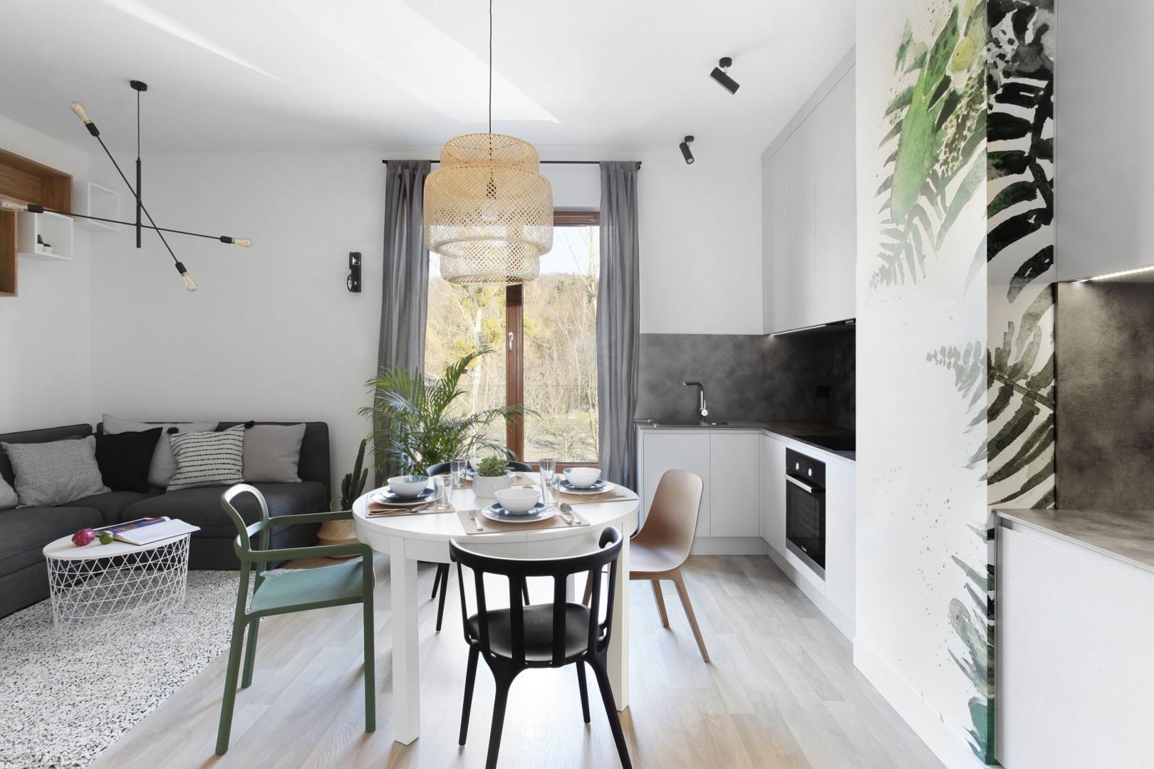 We wnętrzu łączącym funkcje kuchni i salonu można też wygospodarować część jadalną. Projekt StudioLOKO