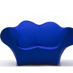 Sofa o oryginalnym kształcie i mocnym kolorze. Fot. Moroso