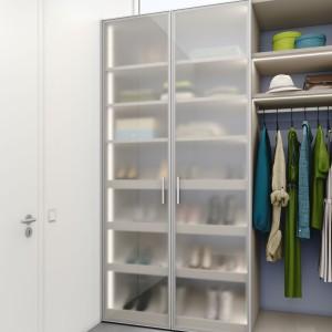 Garderoba z przejrzystymi drzwiami. Fot. Raumplus