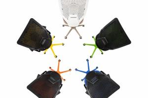 Moda na kolorowe stelaże foteli biurowych