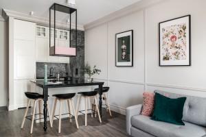 Biel, czerń, szarość i kwiaty – jak umeblować mieszkanie na wynajem?
