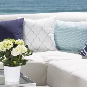 Biel i błękit pasują do stylu Hamptons. Fot. Dekoria.pl