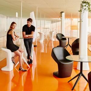 Krzesła z kolekcji UFO firmy Vondom. Projekt: Ora ïto. Fot. Vondom