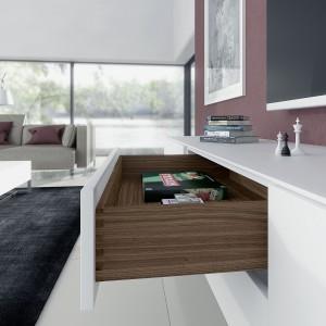 W meblach klasy premium szuflady wykonane z drewna będą się prezentowały wyjątkowo okazale, a dzięki nowoczesnej technice, która jest całkowicie ukryta, będą również komfortowe w użytkowaniu. Fot. Hettich