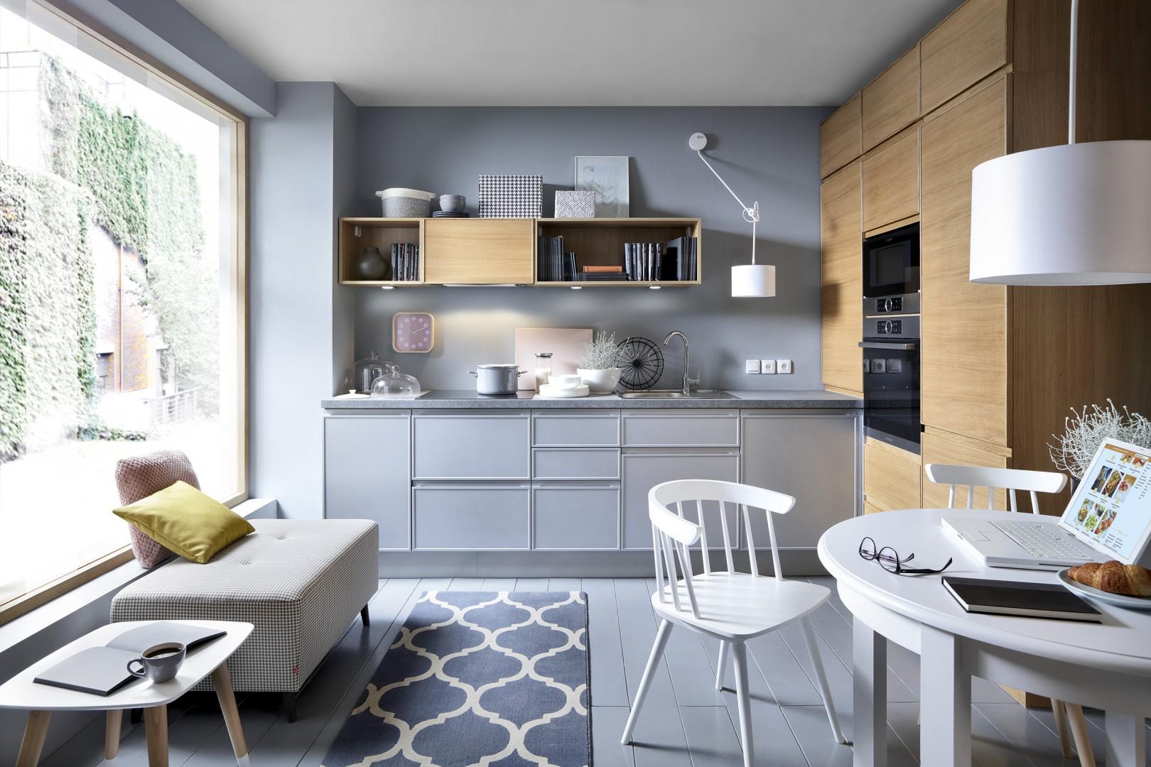 Połączenie szarości z kolorem drewna należy do najpopularniejszych zestawień w kuchni. Fot. BRW