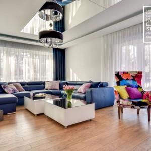 Mimo surowych białych ścian i dodatków ten salon prezentuje się bardzo kolorowo. Kwadrat Design Studio