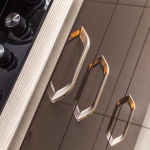 """Spłaszczone nóżki i aksamitna powłoka uchwytów """"Cono"""" (Gamet) będą uzupełnieniem mebli o jednolitych, prostych kształtach, zarówno znajdujących się w przestrzeni kuchennej, jak i w strefie wypoczynku. Fot. Gamet"""