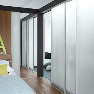 Drzwi przesuwne S1500 firmy Raumplus, oddzielające sypialnię od garderoby. Fot. Raumplus