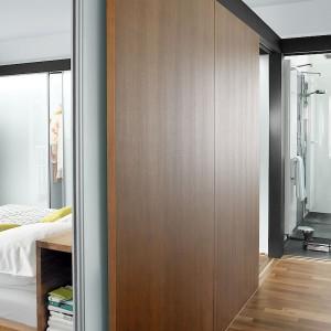Drzwi przesuwne S1500 firmy Raumplus, oddzielające sypialnię od łazienki. Fot. Raumplus