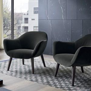 Efektowne czarne fotele dodadzą uroku kącikowi wypoczynkowemu. Fot. Poliform/Studio Forma 96