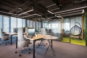 Zieleń, drewno i elementy industrialne w nowoczesnym biurze