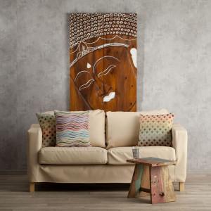 Kremowa sofa dobrze wygląda na tle szarej ściany. Fot. Dekoria.pl