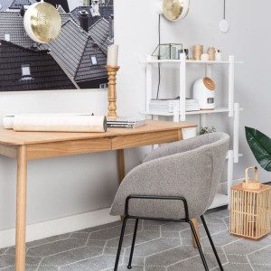 Podstawowym elementem domowego biura jest biurko. Fot. Zuiver/Dutchhouse