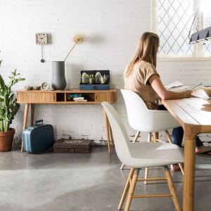 Kącik biurowy powinien być stylem dopasowany do aranżacji wnętrza, w którym się znajdzie. Fot. Zuiver/Dutchhouse