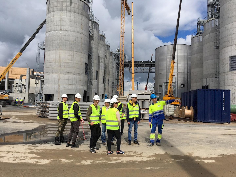 Uczniowie technikum odwiedzili plac budowy fabryki Egger w Biskupcu