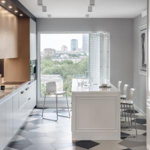 Pomimo połączenia w kuchni dwóch stylistyk, panuje w niej elegancka równowaga. Fot. Zajc