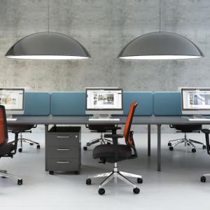 Panele akustyczne przytwierdzone bezpośrednio do biurek, oferowane przez firmę MDD. Fot. MDD