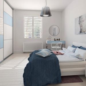 Sypialnia w bieli, z błękitnymi dodatkami. Fot. Komador