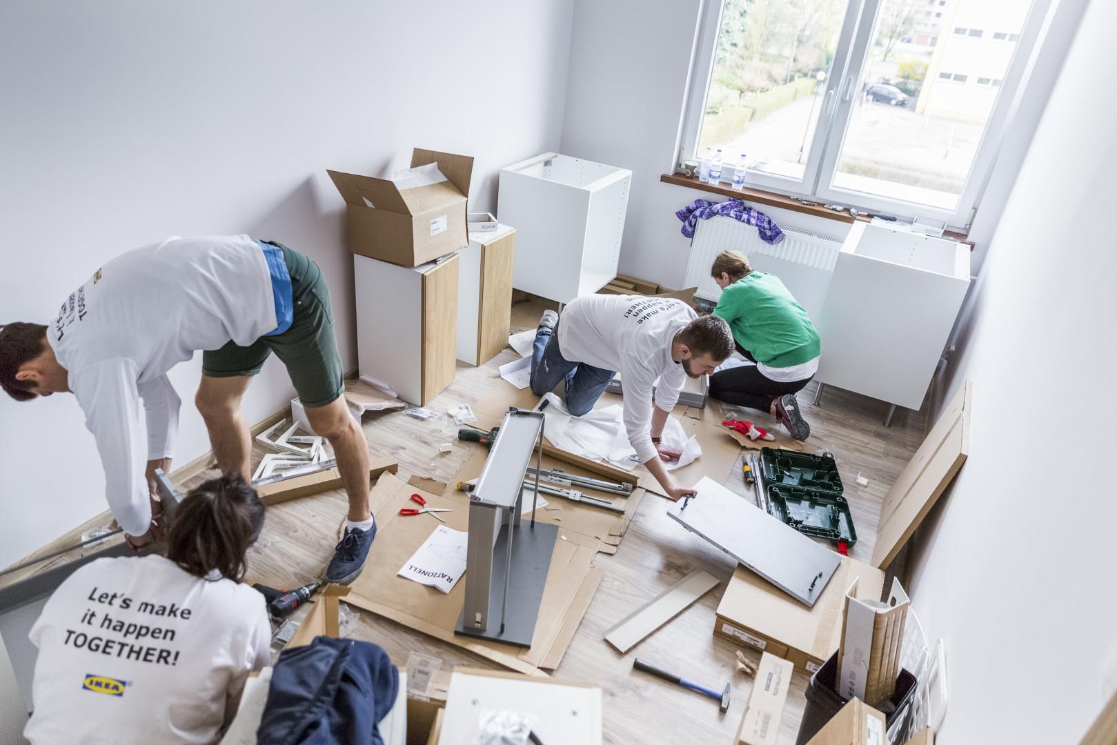 Pracownicy IKEA zajęli się również montażem mebli. Fot. IKEA