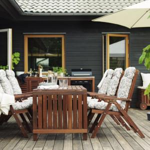 Meble ogrodowe z naturalnego drewna. Fot. IKEA