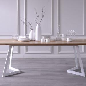 O uroku tego stołu stanowią jego oryginalne nogi. Fot. AlmiDecor
