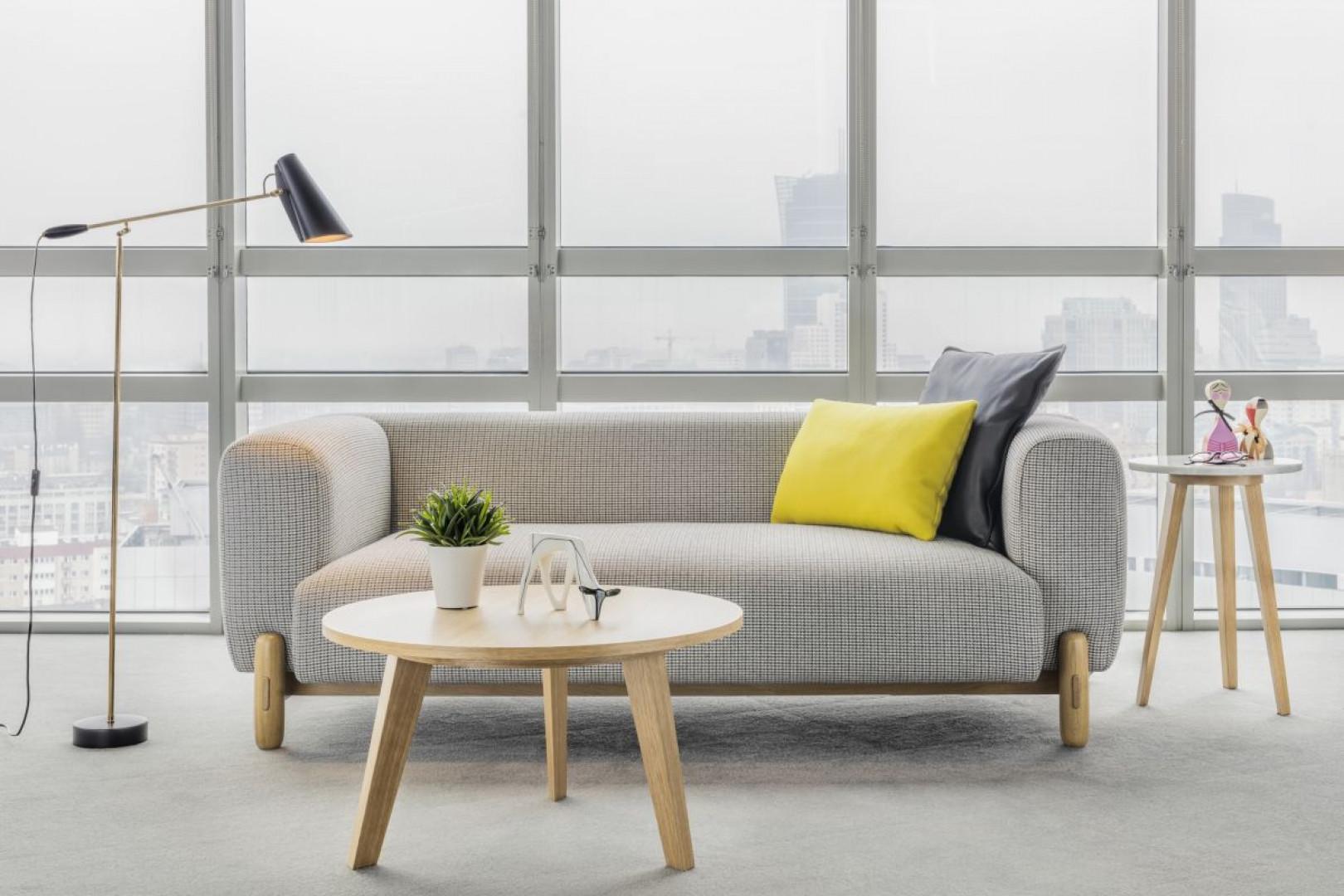 Proste, niemalże architektoniczne kształty sofy Mark (Comforty) zostały uzupełnione wyrazistymi nóżkami, w całości wykonanymi ze szlachetnego drewna. Projekt: Anderssen & Voll. Fot. Comforty
