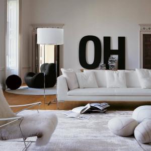 Dziś białe i bardzo jasne sofy można łatwo utrzymać w czystości. Fot. B&B Itallia