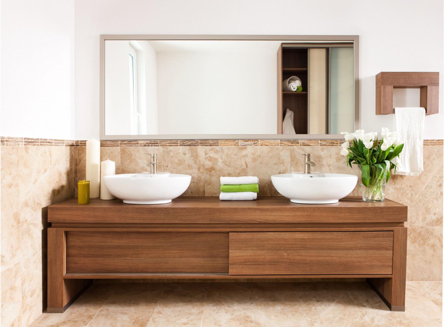 Małe fronty przesuwne doskonale sprawdzają się w meblach łazienkowych. Fot. Sevroll-System