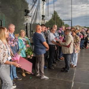 Piknik Jubileuszowy firmy Rejs - wręczenie listów gratulacyjnych. Fot. Rejs