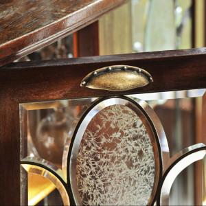 Uchwyt o kształcie muszli w kolorze postarzanego złota, z oferty firmy Nomet. Fot. Nomet