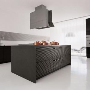 Niewątpliwą zaletą stalowych frontów jest łatwość utrzymania w czystości oraz odporność na chemię stosowaną codziennie w kuchni. Fot. Schiffini