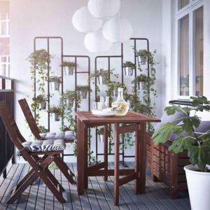 Podstawą aranżacji balkonu są stół i krzesła. Fot. IKEA
